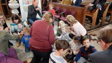 kidskerk mei 2018 samen een slinger maken